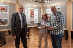 Rudolf Mäusli, OK Präsident der Photo Münsingen (Links) mit Brigitte Stöckli und Franz Geisser anlässlich der Preisübergabe